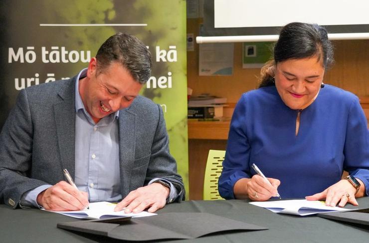 Justin Gray (Datacom) and Arihia Bennett (Te Rūnanga o Ngāi Tahu) sign the memorandum of understanding.