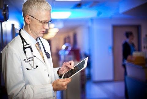 Clyde Sullivan, M.D., cardiologist, uses the iPad at Texas Health Presbyterian Hospital (Allen, Texas).