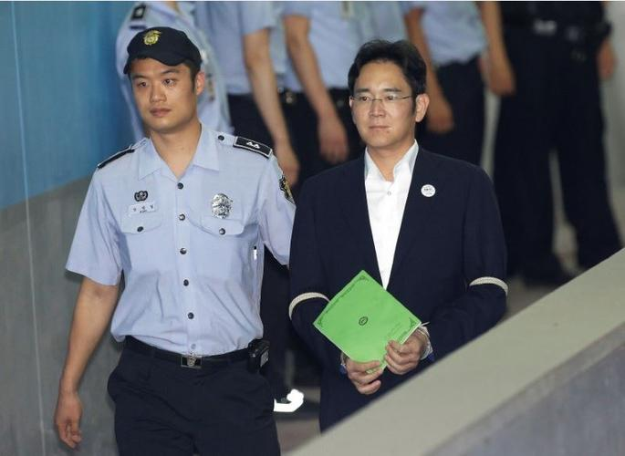 Prosecutors keep 12-year prison term demand for Samsung heir