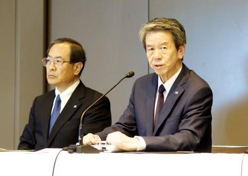 Toshiba CEO and President Hisao Tanaka (right) addresses a press conference on July 21, 2015, in Tokyo at which he resigned over an accounting scandal. Chairman Masashi Muromachi (left) replaced him.